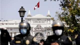 Unos policías custodian la sede del Congreso de Perú.