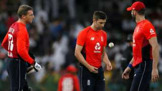 England keeper Jos Buttler talks to fast bowlers Mark Wood and Liam Plunkett