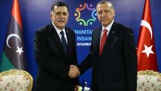أردوغان (يمين) وفايز السراج (يسار)
