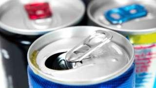 Topo de três latas de energéticos