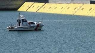 Las barreras móviles amarillas sobre el agua durante las pruebas del proyecto Módulo Electromecánico Experimental (Mose)