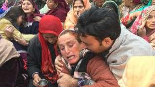 विलाप करतीं बीजेपी नेता फ़िदा हुसैन की मां