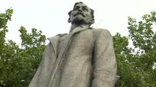 Tượng Dzerzhinsky nay bị kéo về một công viên ở Moscow