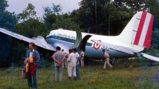 O marido de Holly, Fitz, em frente ao avião acidentado na selva peruana — o primeiro incidente da lua de mel do casal