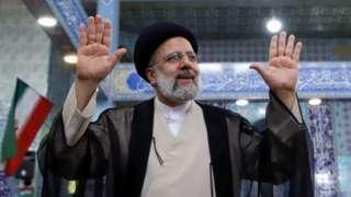 İran'da bugün düzenlenen cumhurbaşkanlığı seçiminin en güçlü adayı olarak yargı erkinin başında bulunan İbrahim Reisi gösteriliyor. İran'da seçimlere katılım oranının düşük olmasının da muhafazakar bir siyasetçi olan Reisi'nin işine yarayacağı düşünülüyor.
