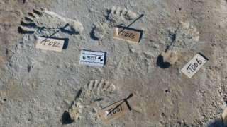 pegadas no parque nacional de White Sands, no Novo México, nos EUA