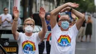 People applauding NHS workers in London