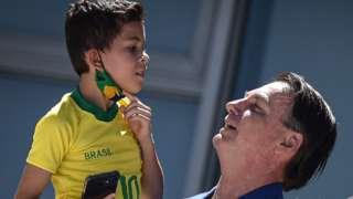 Bolsonaro con un niño