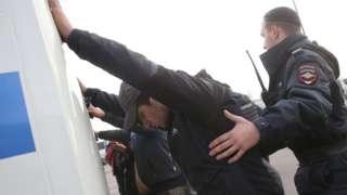 Полиция задерживает мигрантов
