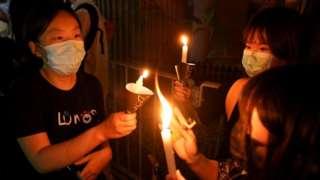 4 июня со свечами в руках активисты в Гонконге почтили память жертв жестокого подавления протестов 1989 года в Пекине на площади Тяньаньмэнь, когда погибли сотни активистов, которые требовали демократических реформ.