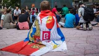 dečak sa zastavom