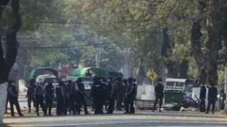 မုံရွာကျောက္ကာလမ်းပေါ်က စစ်ကောင်စီတပ်များ (ပုံဟောင်း)