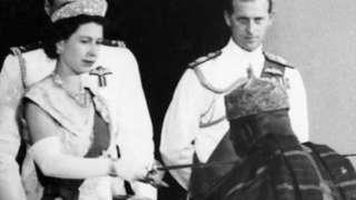 Ọbabinrin Elizabeth keji ń fi oye Knight da Ọba Adesoji Aderemi lọla ni ọdun 1957 lasiko to se abẹwo wa si Naijiria