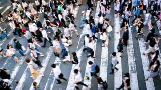 Људи прелазе улицу