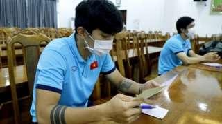 Cầu thủ Việt Nam tham gia bỏ phiếu bầu Quốc hội hôm 23/5