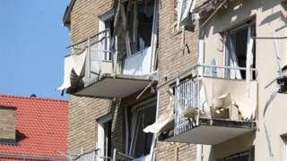 Varandas destruídas após ataque a apartamentos em Linkoping em junho de 2019