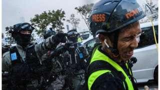 警察與記者的關係愈來愈差。