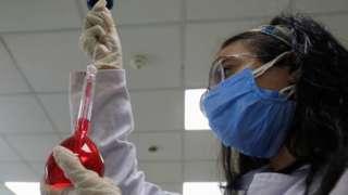 Trabajadora en un laboratorio en Egipto hace una prueba con remdesivir