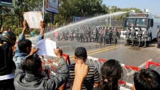 आंदोलकांना रोखण्यासाठी पोलिसांनी पाण्याचा मारा केला.