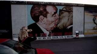 Bức tranh graffiti của Dmitry Vrubel trên Bức tường Berlin vẽ nhà lãnh đạo Liên Xô Leonid Brezhnev đang hôn Erich Honecker của Đông Đức