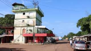 Cidade de Oiapoque, no Amapá, com imóveis baixos e rua de terra