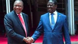 """Umwumvikano hagati ya Raila Odinga (i buryo) na Uhuru Kenyatta (i bubamfu), bahoze bankana urunuka, wavyawe n'iciswe """"Handshake"""" mu 2018"""