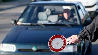 автомобиль и полицейский