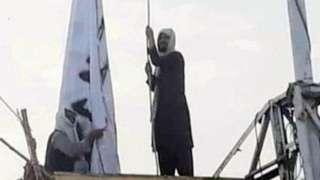 လူမှုမီဒီယာမှာ ပျံ့နှံ့နေတဲ့ တာလီဘန်အလံ နယ်စပ်ဂိတ်မှာ လွှင့်နေပုံ၊ ဘီဘီစီ အနေနဲ့ သီးခြားအတည်မပြုနိုင်