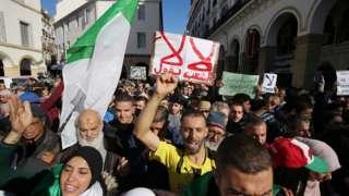 متظاهرون ضد إجراء الانتخابات الجزائرية