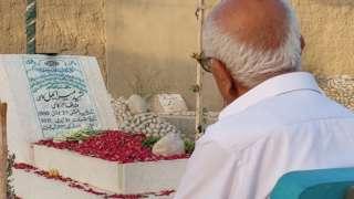 ارباب کاسی نے جوان بیٹے کی قبر کے پہلو میں سیمنٹ کا ایک بینچ بنوا رکھا اور اپنے وقت کا بیشتر حصہ وہ اِسی بینچ پر بیٹھ کر گزارتے ہیں