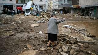 امرأة تعاين ما تبقى من منزلها في إحدى قرى مقاطعة أرفيلر الألمانية