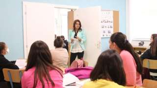 деца у учионици и учитељица