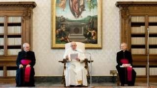 """프란시스 교황은 계약 일부가 부패했다며 """"깨끗해 보이지 않는 일을 했다""""고 말했다"""