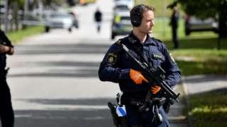 Polícia em frente a escola alvo de ataque a tiros em Esloev, no sul de Suécia, em 19 de agosto de 2021.