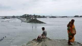 बाङ्गलादेशमा तटीय क्षेत्रमा भएका गाउँहरू डुबानमा परेका छन्
