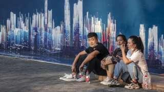 上海恒大中心外数名群众蹲守(21/9/2021)