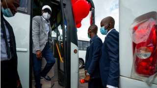 Lagos state govnor Babajide Sanwo-Olu dey check out di new bus