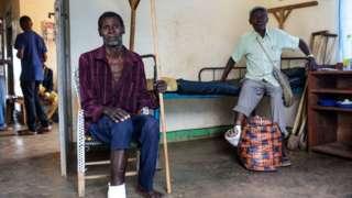 Abagabo babiri b'impunzi muri Uganda mu bitaro vya Rwenyawawa mu 2018, bahunze intambara hagati y'aba Hema n'aba Lendu muri Ituri