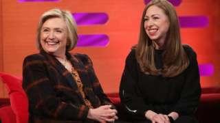 Hillary Clinton iyo gabadheeda Chelsea waxay sheegeen in ay aad ula dhaceen sheekooyinka ku saabsan dumarka Kurdiyiinta ee geesiyaasinimada muujiay