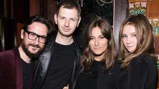 Anna Sorokin (a la derecha) durante una ceremonia de entrega de premios de moda en Nueva York en 2014