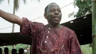 Ken Saro-Wiwa àtí àwọn mẹ́jọ míràn tó jẹ́ adarí àwọn Ogoni ní ìjọba ológun yẹgi fún ní ọdún 1995.