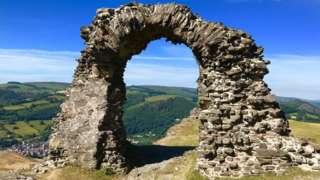 Развалины замка Динас Бран