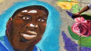 В городе Денвер, штат Колорадо, художники цветными мелками создают портрет Джорджа Флойда перед зданием Капитолия – места заседания Палаты представителей и Сената штата Колорадо. 5 июня 2020 года