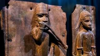 """Des sculptures pillées par des soldats britanniques au Royaume du Bénin en 1897 sont exposées dans l'exposition """"Où est l'Afrique"""" au musée de Linden"""