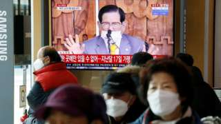 Des gens regardent la télévision qui diffuse un reportage sur une conférence de presse tenue par Lee Man-hee, fondateur de l'église Shincheonji de Jésus le Temple du Tabernacle du Témoignage, à Séoul, Corée du Sud, le 2 mars 2020