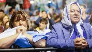 Votantes uruguayos esperando resultados.