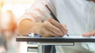 Estudante fazendo prova