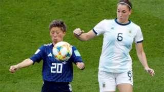 2021女子足球世界杯期间,日本队员和阿根廷队员争球