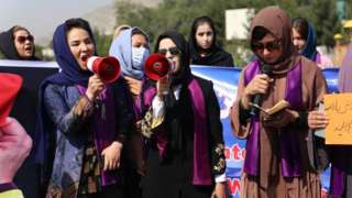4일(현지시간) 아프간 수도 카불에서 여성들이 여성권리 신장을 위한 시위를 하고 있다