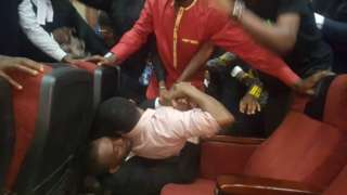 Nigeria secret police DSS re-arrest di Publisher of Sahara Report Omoyele from inside court room on Friday.